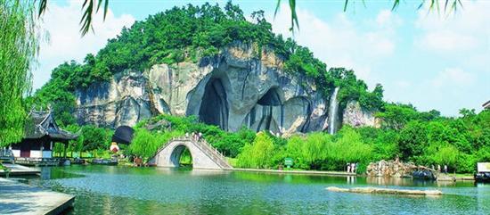 旅游景区             柯岩风景区,位于绍兴城西12公里处柯山东麓,南